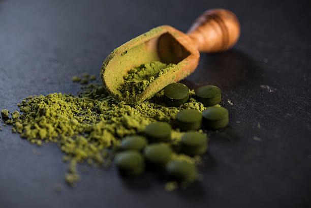 organic spirulina powder and tablets - spirulinabakterie bildbanksfoton och bilder