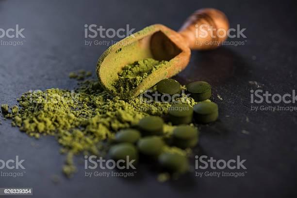 Polvere E Compresse Di Spirulina Biologica - Fotografie stock e altre immagini di Spirulina