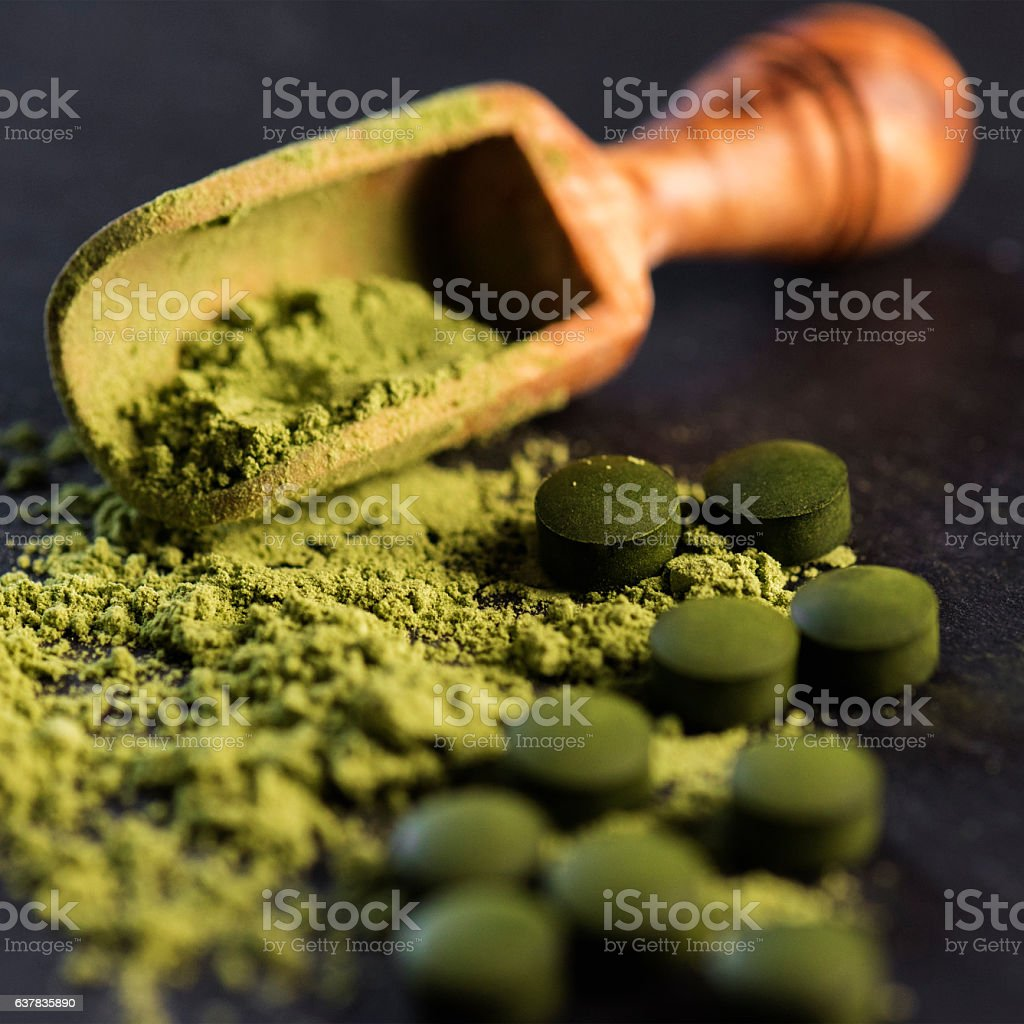 Organic Spirulina Powder and Tablets - foto de stock