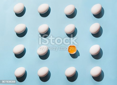 istock Organic white eggs on blue. Abstract pattern. Eggs in isometric. 907838056