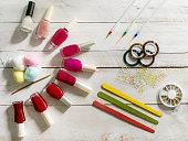 組織のマニキュア液ボトル、綿と爪のアート アクセサリー、ステッカー、爪やすり、木製の白い背景の上に