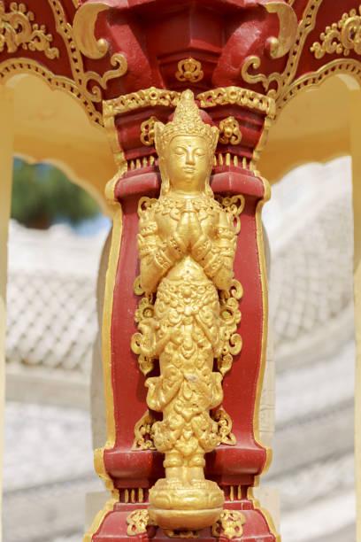 orientalische asiatische statue in thailand - buddha figuren kaufen stock-fotos und bilder