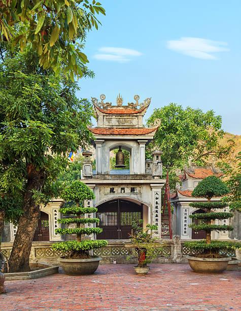 orientalische glockenturm in asien - holu stock-fotos und bilder