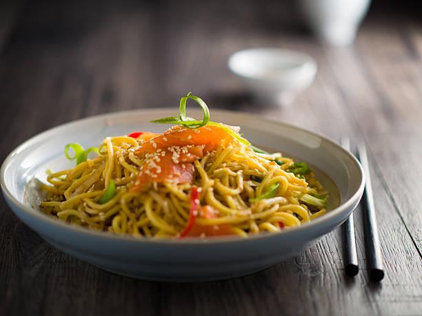 oriental noodles salad with smoke salmon - cuisine asiatique photos et images de collection