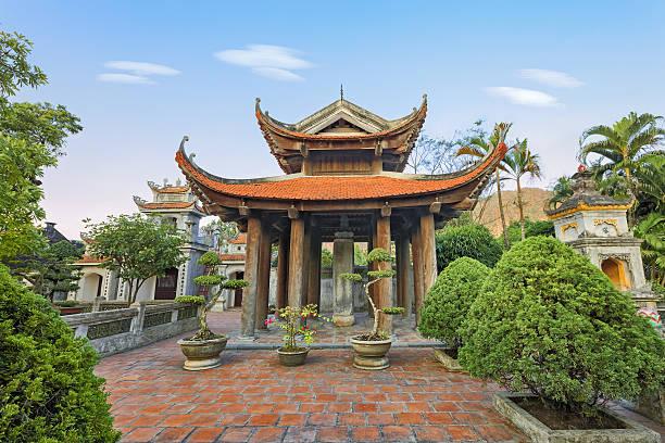 asiatische pagode in asien - holu stock-fotos und bilder