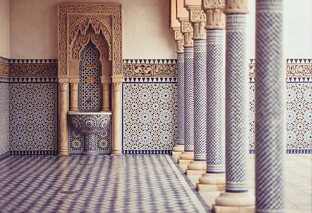 oriental zimmer mit sanftem licht, säulen und spülbecken - türkische fliesen stock-fotos und bilder