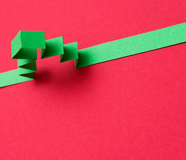 origami-papier mit weihnachtsbaum-motiv - weihnachtsideen stock-fotos und bilder