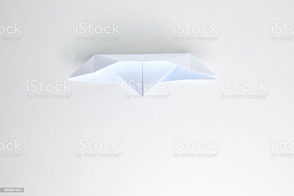Бумажный корабль оригами изолирован на белом фоне. - Стоковые фото Абстрактный роялти-фри
