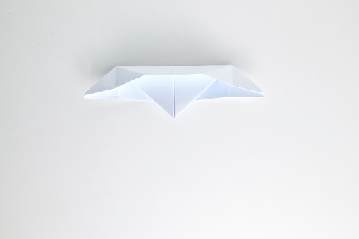 Origami Paper Ship Isolated On White Background — стоковые фотографии и другие картинки Абстрактный