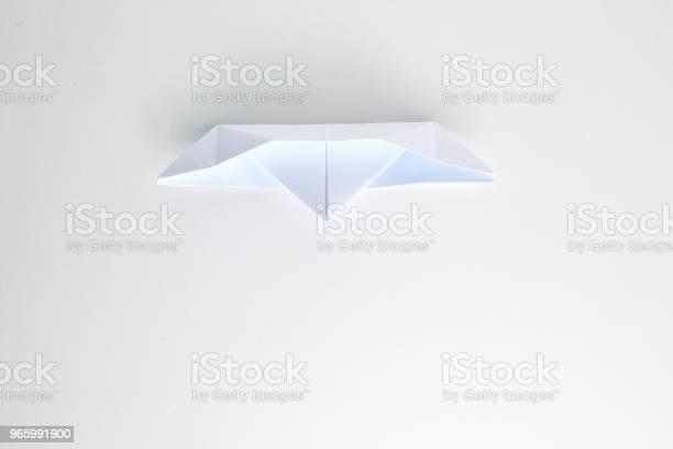 Бумажный Корабль Оригами Изолирован На Белом Фоне — стоковые фотографии и другие картинки Абстрактный