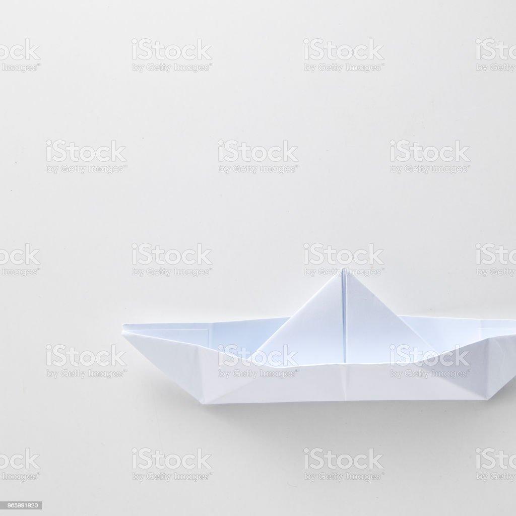 Origami papier schip geïsoleerd op witte achtergrond. - Royalty-free Abstract Stockfoto