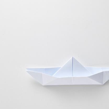 Origami Papier Schip Geïsoleerd Op Witte Achtergrond Stockfoto en meer beelden van Abstract