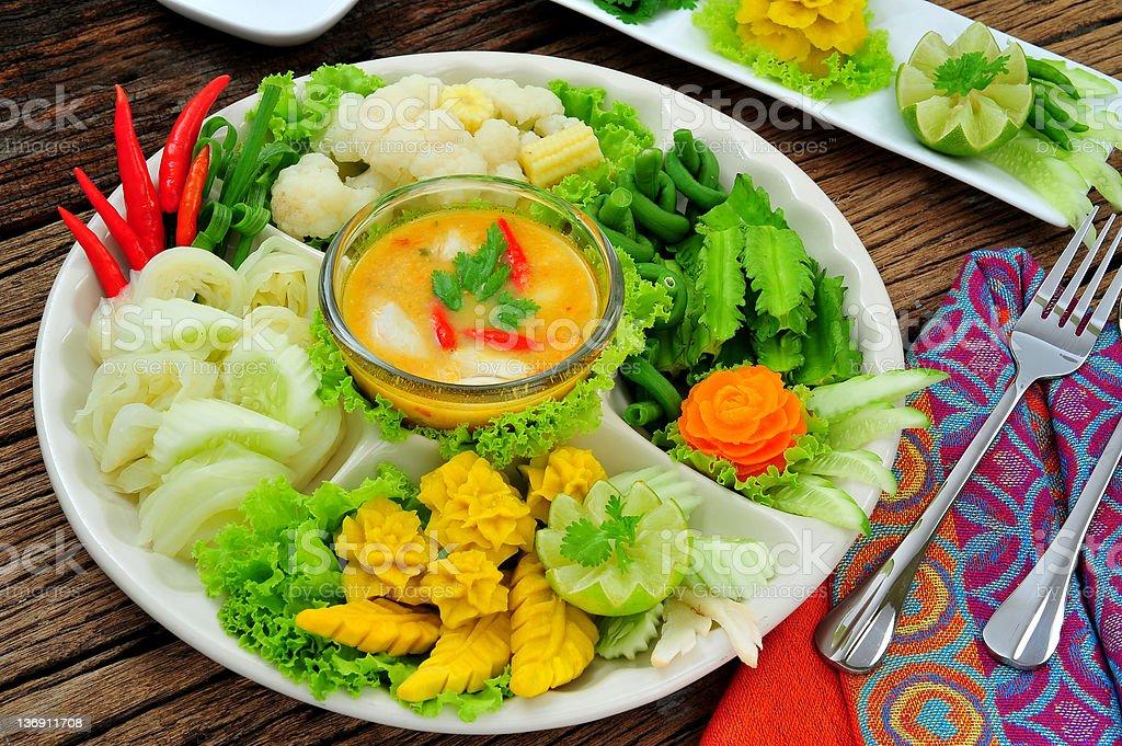 Originale Cucina Tailandese Con Intagliato E Verdure Su Un Piatto ...