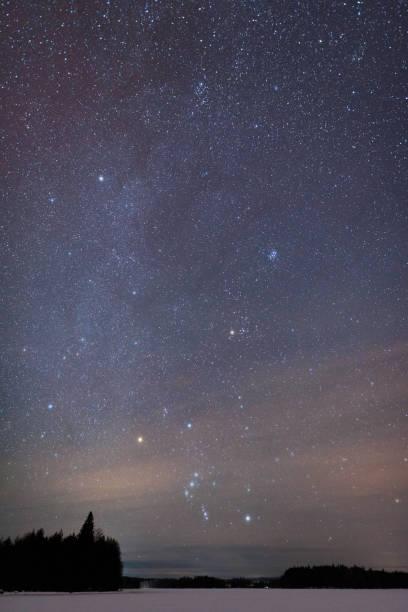 sternbild orion oben zugefrorenen see - sternhaufen stock-fotos und bilder