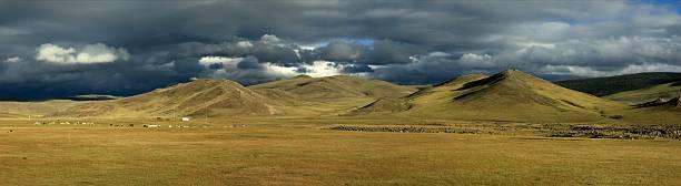 orkhon valley regenzeit in der mongolischen step - półpustynny zdjęcia i obrazy z banku zdjęć