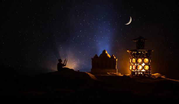 sier arabische lantaarn met brandende kaars gloeiende 's nachts. feestelijke wenskaart, uitnodiging voor moslim heilige maand ramadan kareem. - ramadan stockfoto's en -beelden