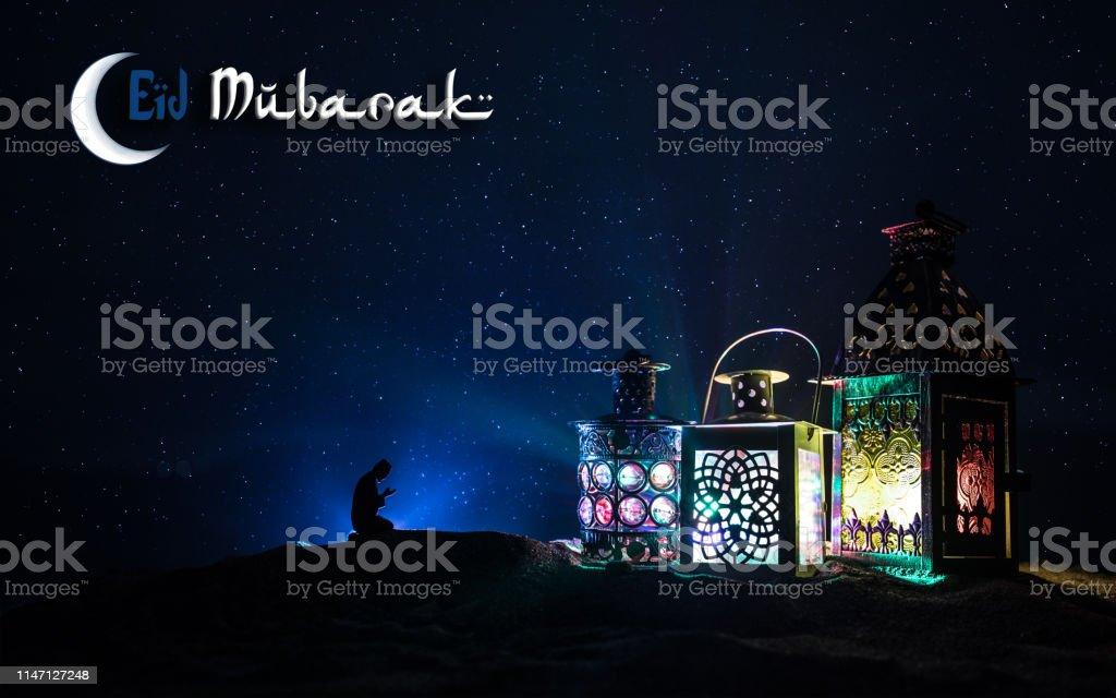 밤에 빛나는 촛불 불타는 장식 아랍어 랜 턴. 축제 인사말 카드, 이슬람 거룩한 달 라마단 카림에 대 한 초대장. - 로열티 프리 0명 스톡 사진