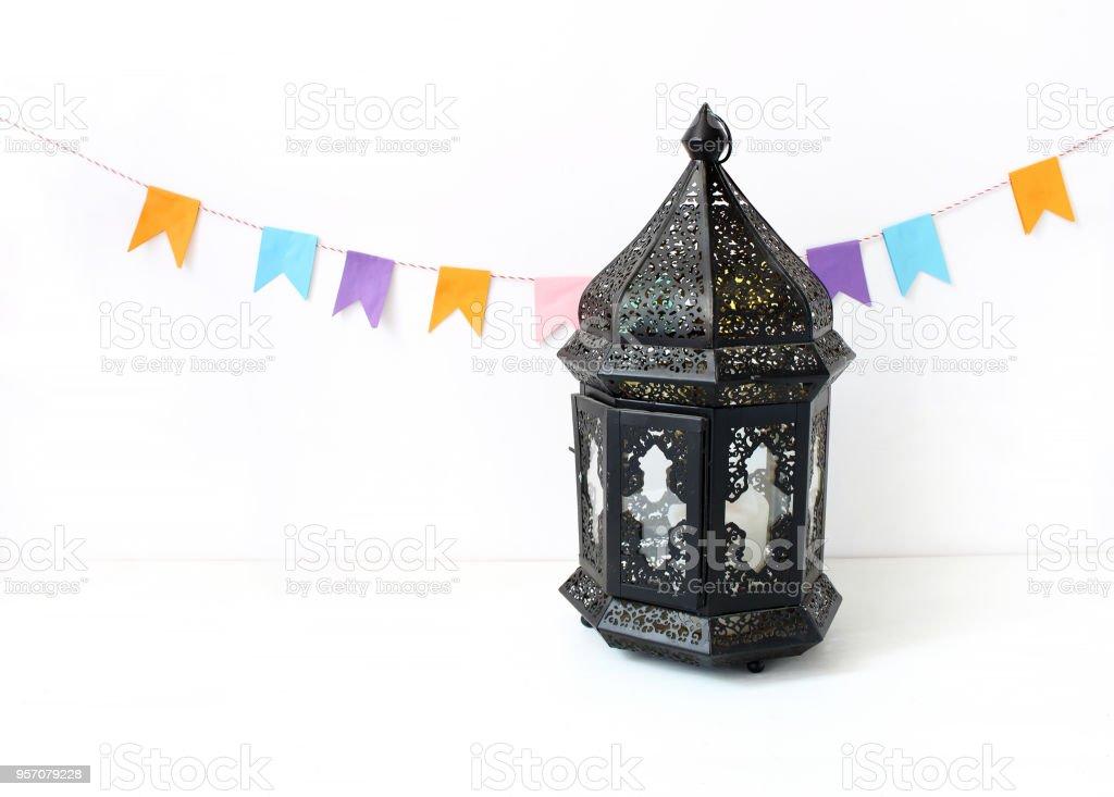 Ornement noir marocain, lanterne arabe sur le tableau blanc. Décoration de fête, chaîne de drapeaux en papier coloré. Carte de voeux pour la fête musulmane Ramadan Kareem. Festif fond. - Photo