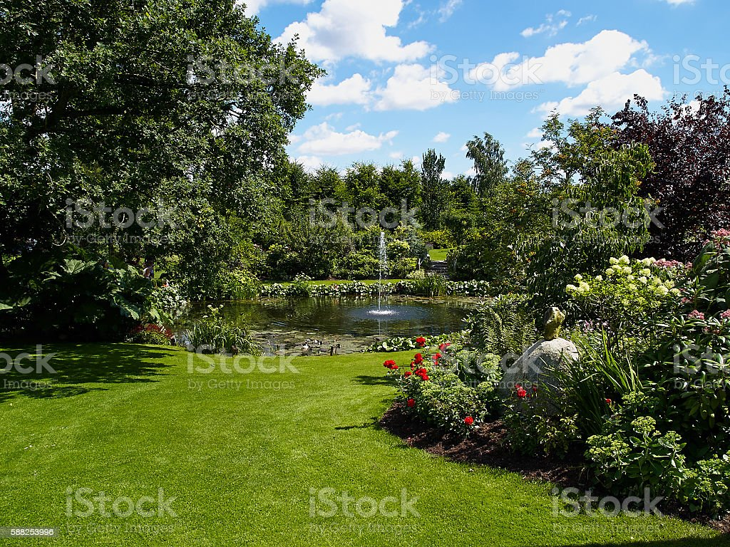 Ornamental pond and water fountain in a garden – Foto