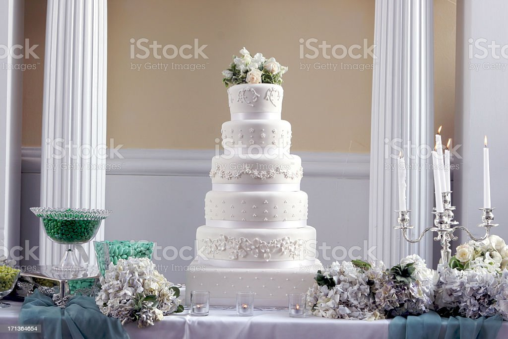Ornamentado decorativos em grande altura sofisticado centro de bolo de casamento - foto de acervo