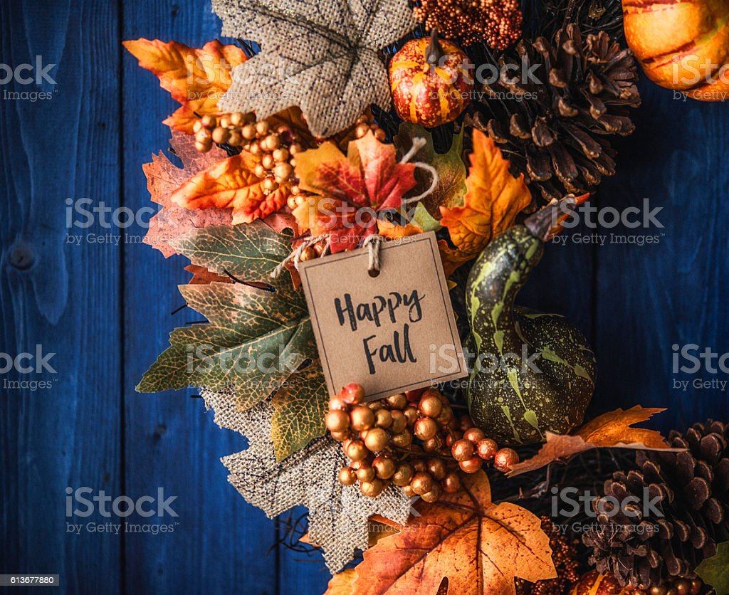 Ornate fall wreath with pumpkins, pinecones, message and leaves - foto stock