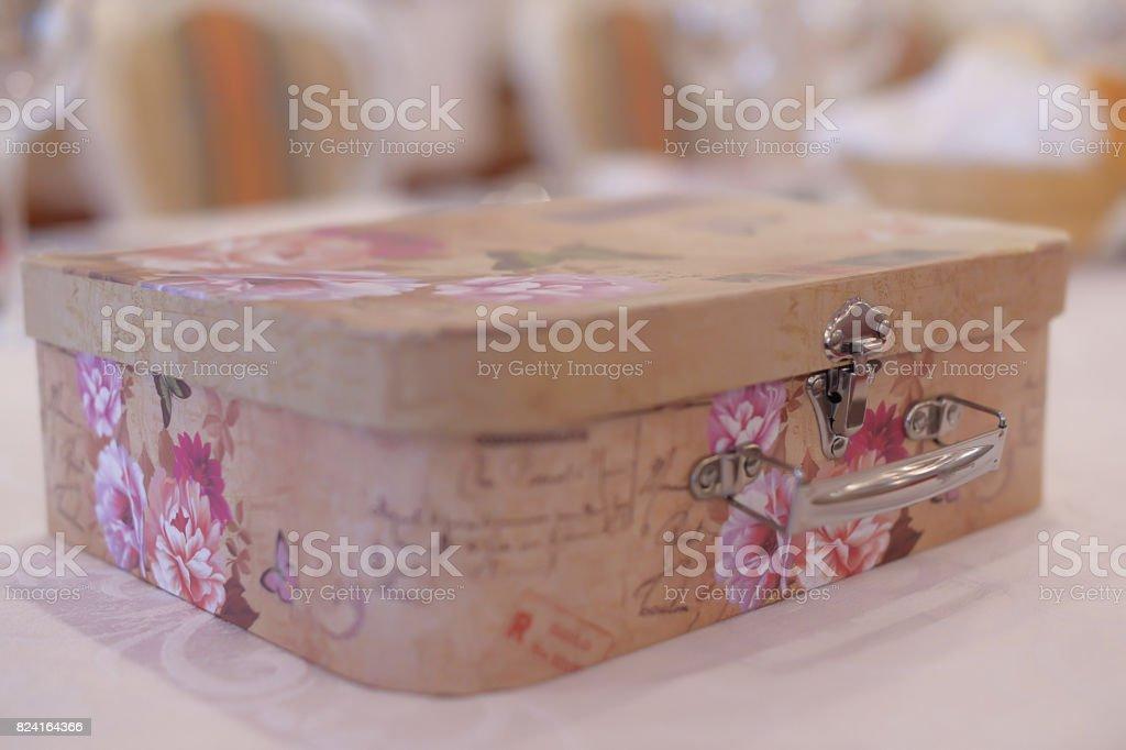 Caja de recuerdo adornado regalos manteniendo en una ceremonia de escarda - foto de stock