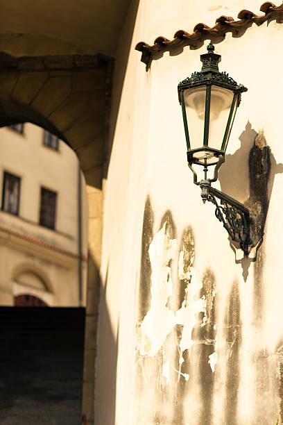 verzierte street lampe in prauge, tschechische republik - wandleuchte treppenhaus stock-fotos und bilder
