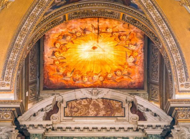 georehrtes fenster im taufbecken der basilika santa maria maggiore in rom, italien. - römisch 6 stock-fotos und bilder