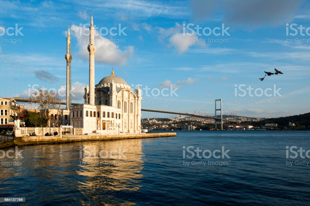 Ortakoy Mosque and Bosphorus Bridge in the background istanbul, Turkey foto stock royalty-free