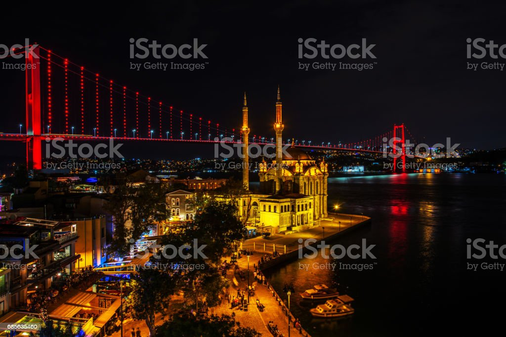 奧爾塔柯伊清真寺和背景伊斯坦布爾,土耳其博斯普魯斯海峽大橋 免版稅 stock photo