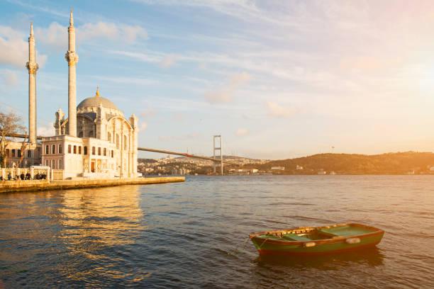 ortakoy-moschee und die bosporus-brücke in den hintergrund-istanbul, türkei - selimiye moschee stock-fotos und bilder