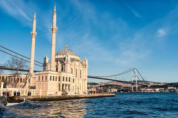 Meczet Ortaköy w pobliżu Cieśnina Bosfor w Stambule, Turcja – zdjęcie