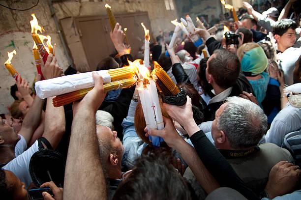 orthodoxe christen feiern sie ostern rite des heiligen feuers in jerusa - osterfeuer stock-fotos und bilder