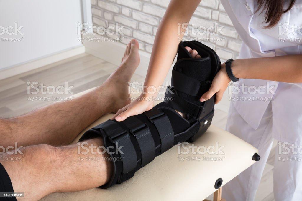 Orthopäde Bein des Patienten Klammer zu setzen - Lizenzfrei Arzt Stock-Foto