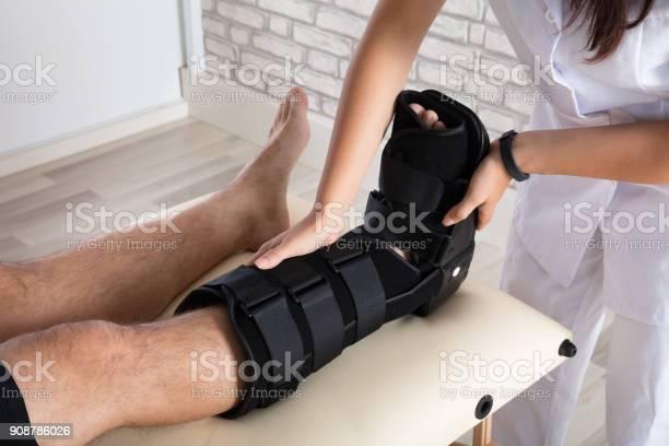 Orthopäde Bein Des Patienten Klammer Zu Setzen Stockfoto und mehr Bilder von Arzt