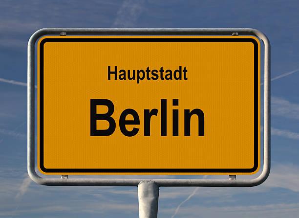 ortseingangsschild hauptstadt berlin - ortsschild stock-fotos und bilder