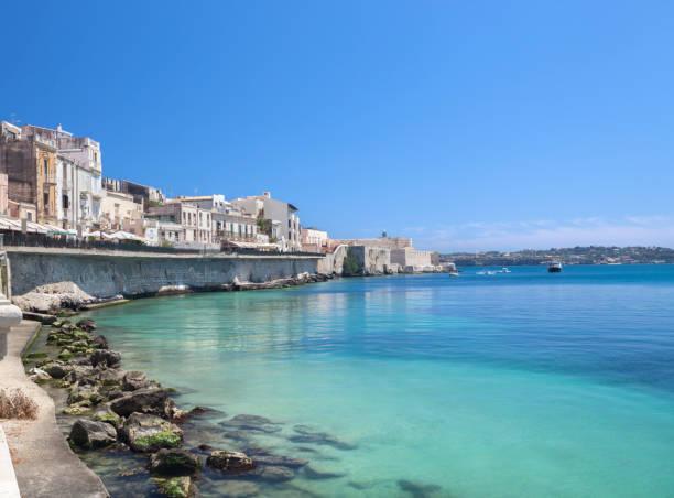 ortygia uferpromenade und castello maniace, siracusa sizilien, italien - ortygia stock-fotos und bilder