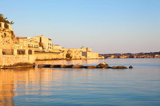 ortygia uferpromenade bei sonnenuntergang, siracusa sizilien, italien - ortygia stock-fotos und bilder