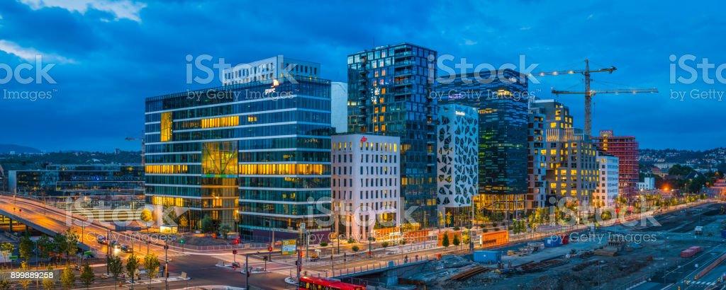 Oslo Barcode Projekt Waterfront Wolkenkratzer bei Abenddämmerung Panorama Norwegen beleuchtet – Foto
