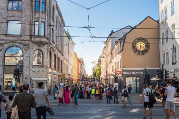 oslo city en street scène met mensen en reiziger / oslo, noorwegen - oslo city hall stockfoto's en -beelden