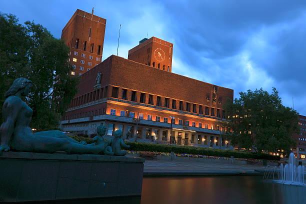 oslo city hall illuminated at night - norway, scandinavia - oslo city hall stockfoto's en -beelden