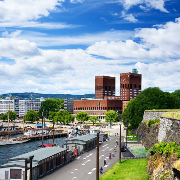 stadhuis van oslo, noorwegen - oslo city hall stockfoto's en -beelden