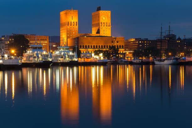 het stadhuis van oslo dat in het water van de havenzee nadenkt. oslo, noorwegen - oslo city hall stockfoto's en -beelden
