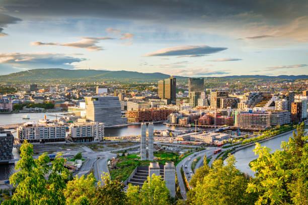 oslo city sunset view noorwegen - oslo city hall stockfoto's en -beelden
