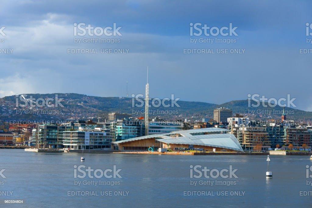 Porto de Oslo com o Museu de arte moderna - Noruega - Foto de stock de Arte royalty-free
