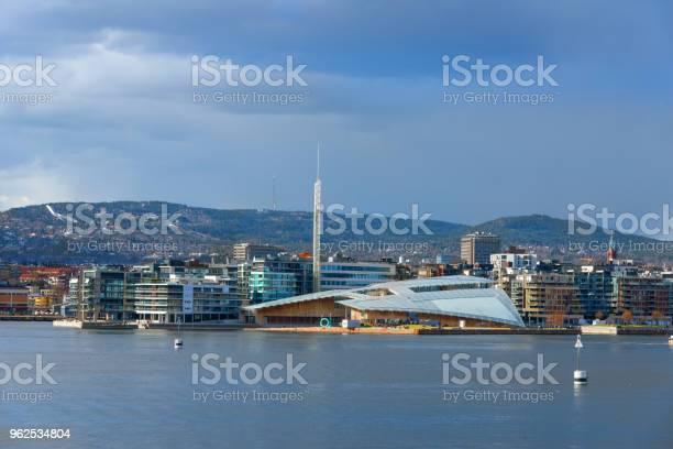 Foto de Porto De Oslo Com O Museu De Arte Moderna Noruega e mais fotos de stock de Arte