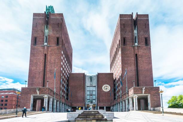 stadhuis van oslo radhus iconische torens bij zonsopgang, noorwegen - oslo city hall stockfoto's en -beelden