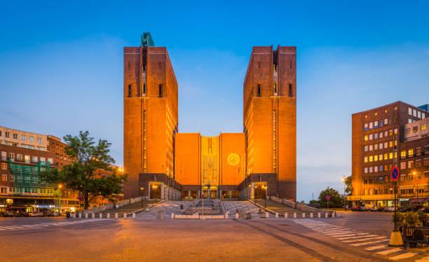 oslo radhus stadhuis iconische torens spotlit bij zonsondergang noorwegen - oslo city hall stockfoto's en -beelden