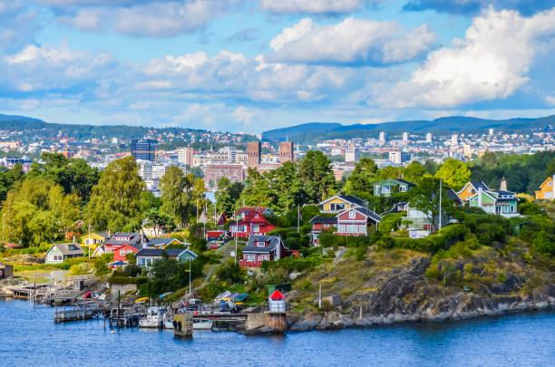 la ciudad en el fiordo de oslo - noruega fotografías e imágenes de stock