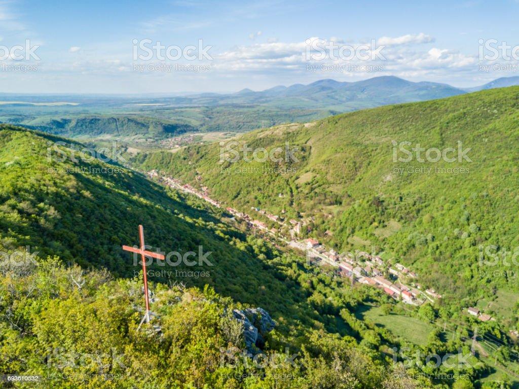 Osman Corss et village Sasca Montana (montagne Sasca) au Parc National des Gorges Nera, Carpates, Roumanie - Photo